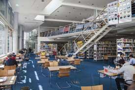 Studierende beim Lernen in der Zentralbibliothek
