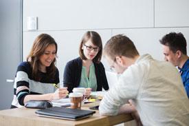 Studenten arbeiten zusammen am Tisch
