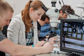 Studierende arbeiten an Platinen