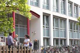 Studierende vor dem Eingang der EVHN