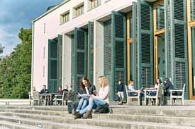 Studierende vor der EBS Universität