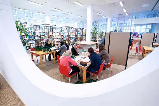 Menschen in der Unibibliothek