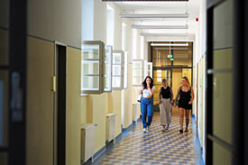 Studierende auf einem Flur der KHSB