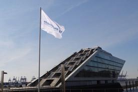 Fahne der Nordakademie vor dem Dockland Hamburg