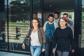 Studierende vor der Aula der Hochschule Aalen