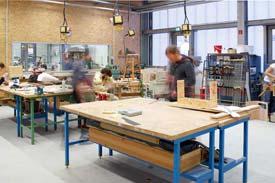 Studierende arbeiten in Werkstatt