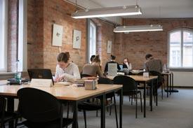 Studierende im Limona-Gebäude der Universitätsbibliothek
