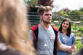 Student redet vor Gruppe