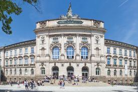 Frontalansicht auf das Portal der Uni Würzburg