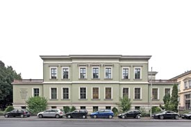 Die Frontansicht des Röntgengebäudes, Röntgenring 8 in Würzburg