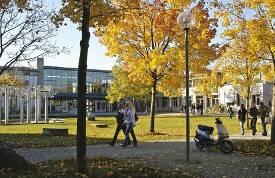 Hof und Gebäude der Wirtschaftswissenschaftlichen Fakultät.