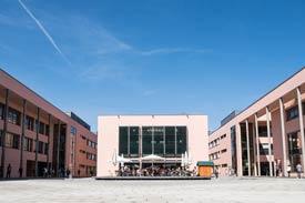 Sonnendeck auf dem Campus der TH Deggendorf