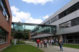 Auf dem Campus der Hochschule Ansbach