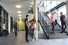 Studierende im Treppenaus der DHWB Mannheim