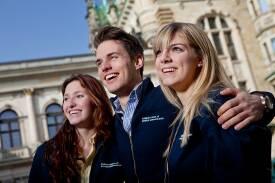 Drei Studierende der HSBA vor barocker Kulisse