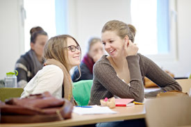 2 Studentinnen reden in Seminarraum