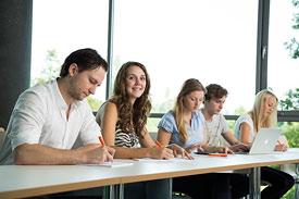 Studierende der ISM im Seminarraum