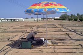 Student installiert Bewässerungssystem in der Wüste