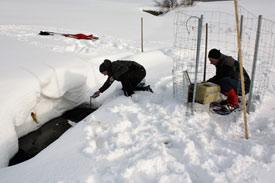 Student nimmt Messungen an gefrorenem Gewässer vor