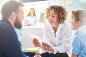 Gesundheitsmanagerin in Besprechung mit Patient