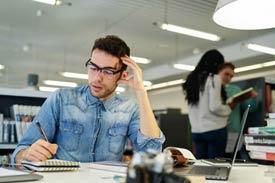 Student arbeitet in der Bibliothek