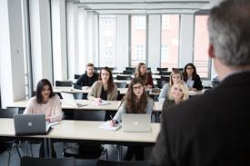 Seminarraum mit Studierenden und Dozent