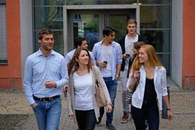 Gruppe von Studierenden verlässt das Hochschulgebäude