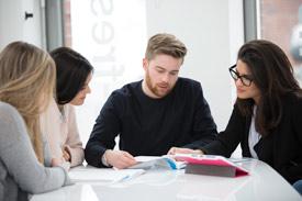 Studierende lernen zusammen