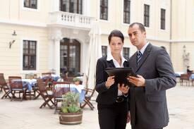 Zwei Angestellte im Außenbereich eines Hotels