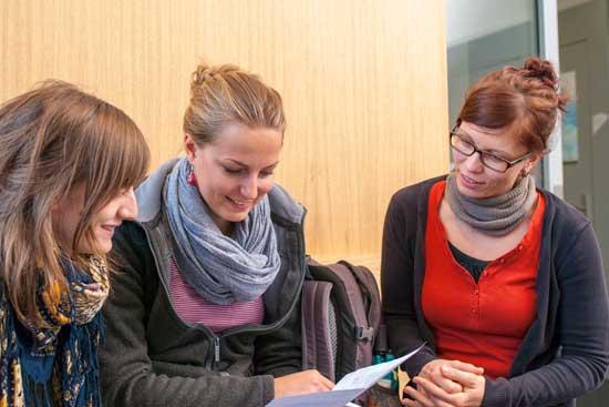 Studierende reden miteinander