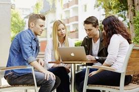 4 Studierende arbeiten an Laptop