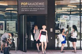 Studierende vor dem Eingang der Popakademie