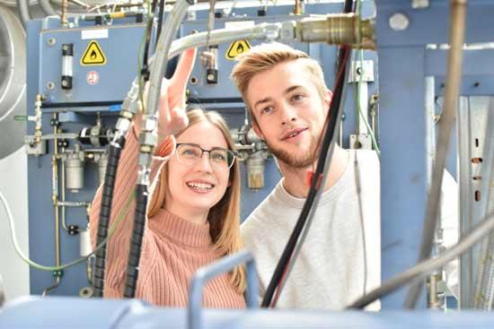 Zwei Menschen an einer Maschine