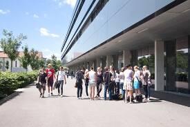 Studierende vor dem Hauptgebäude der Hochschule Neu-Ulm