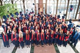 Absolventen der accadis Hochschule