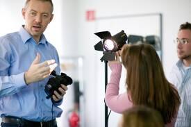 Die Professoren (hier Prof. Mathias Allary, Studiengang Film und Fernsehen) vermitteln sowohl fachliche als auch persönliche Kompetenzen.