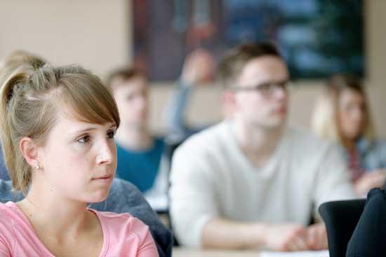 Eine Studierende in einer Vorlesung an der IBS