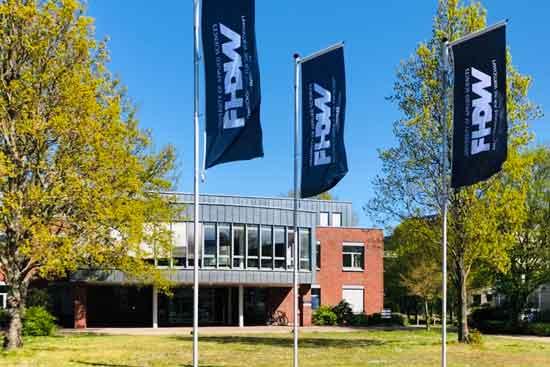 Fahnen vor dem Gebäude der FHDW