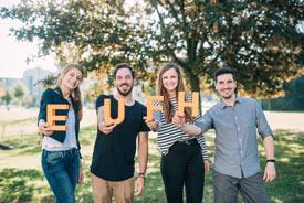 EUFH-Studierende im Garten, die EUFH-Buchstaben haltend