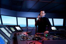 Offizier auf der Brücke vom Schiff