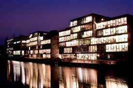 Das Gebäude der HFH bei Nacht