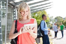 Frau mit Tablet in der Hand