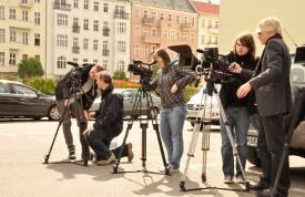 Studierende der Dekra Hochschule mit Kameras