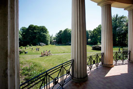 Blick in den Garten der Hochschule