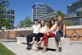 Gruppe von Studierenden sitzt draußen vor dem Gebäude der MSH