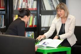 Studentin und Mitarbeiterin der brand academy im Gespräch