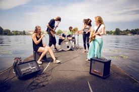 Auftritt einer Band Musikstudierender auf Steg