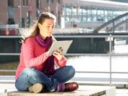 Studentin mit tablet in der Hafencity (Hamburg)
