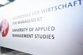Schild mit Logo der Hochschule