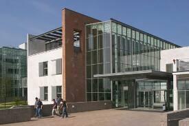 Der Eingang zum Biozentrum auf dem Campus Riedberg.